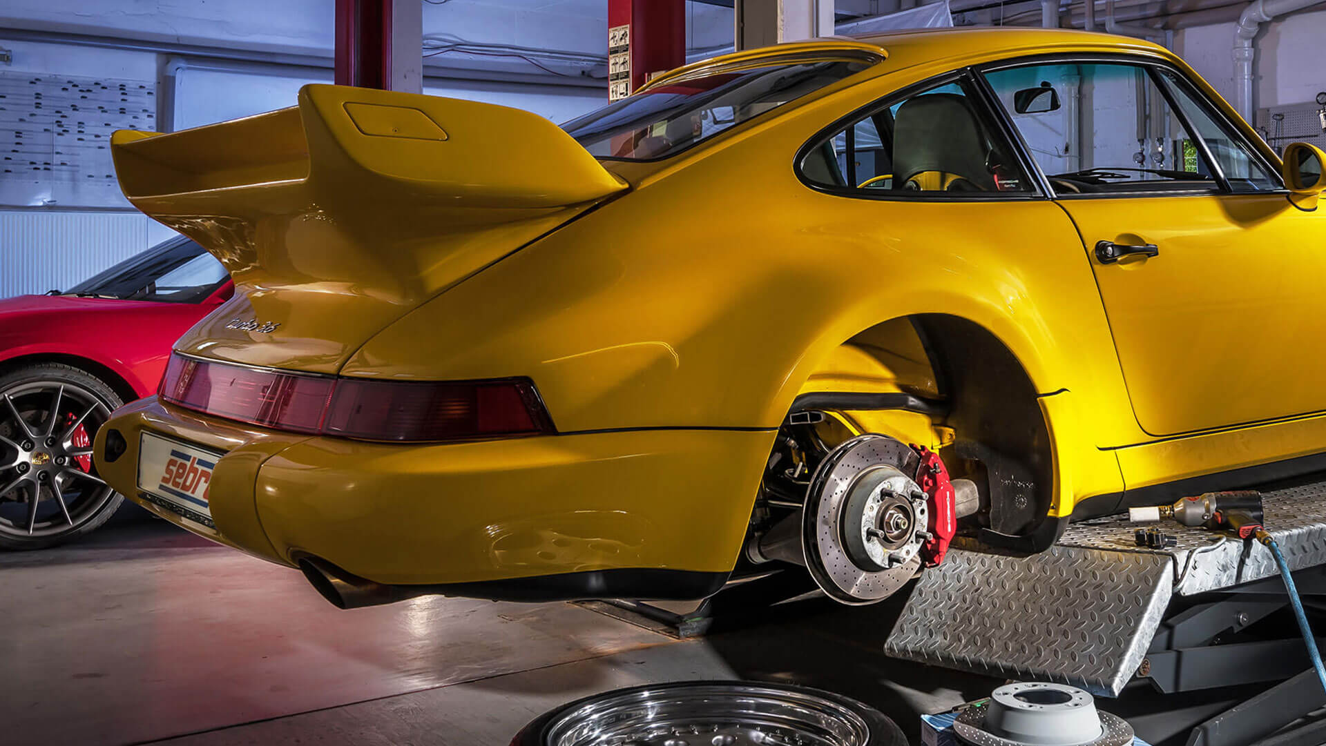 Brake discs as well as engine, drive and chassis components for Porsche workshops